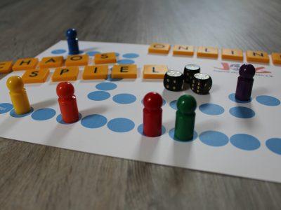 Spielfeld mit Figuren und Text